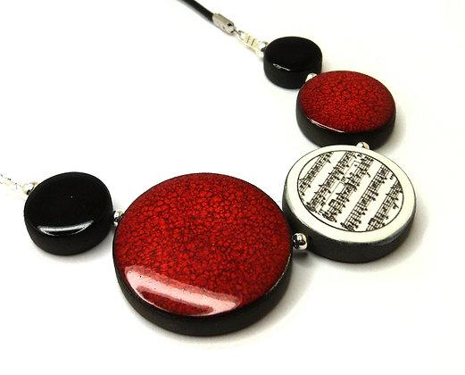 collier rouge dessin partition noir et blanc style graphique