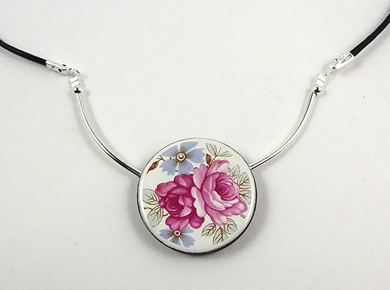 collier pendentif rond motif liberty roses anciennes style porcelaine anglaise