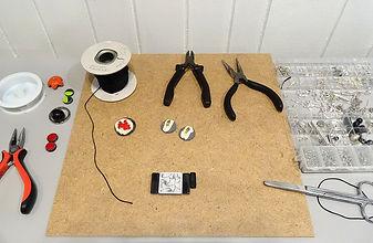 atelier de montage des bijoux en céramique Pili-Pok