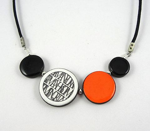 collier rond coloré orange motifs dessin noir blanc perles rondes ceramique