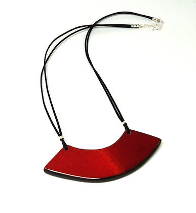collier plastron rouge vif pour femme coloré brillant contemporain