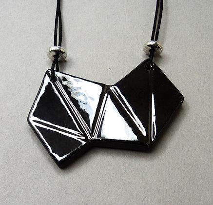 Collier plastron en céramique forme géométrique noir argenté