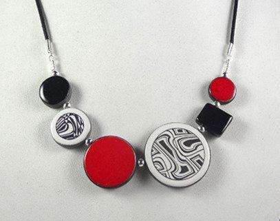 collier rouge et noir graphique urbain motifs contemporains psyché