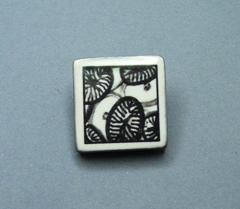 petite broche carrée noir et blanc design moderne