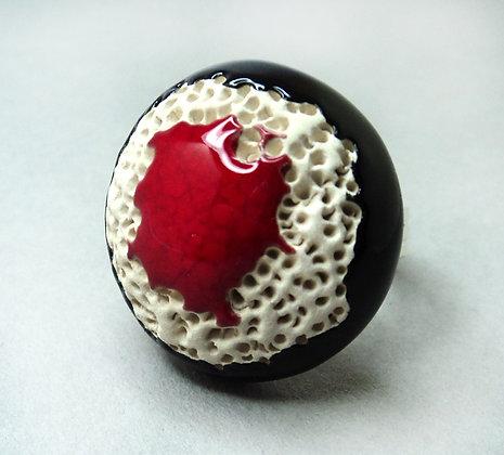 grosse bague chic pour femme ronde noir rouge blanc effets pierre de lave