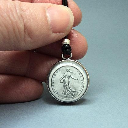 pendentif médaillon avec motif pièce de 1 franc céramique et métal argenté