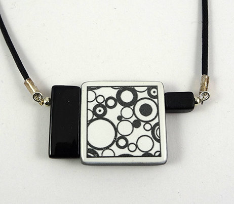 collier carré rectangle graphique motif ronds bulles noir blanc