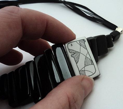 gros collier plastron noir blanc rectangle motif animal bijou de créateur