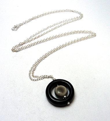 sautoir chic anneau noir et perle grise sur chaînette argent