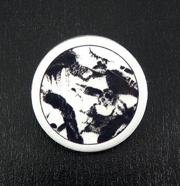broche graphique noir et blanc rond encres motifs abstraits