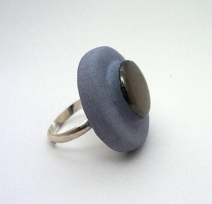 bague ronde en céramique bleu pastel et noir métal