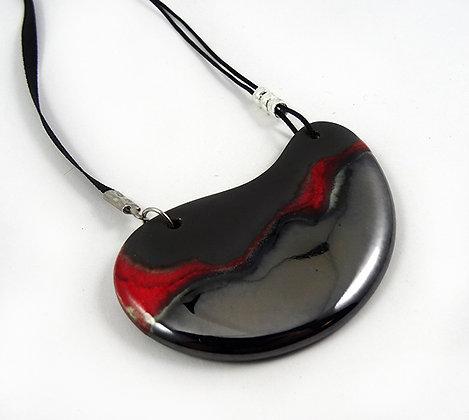 collier pendentif plastron ovale rouge strates argent noir brillant