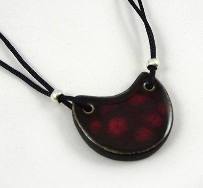 petit pendentif rouge bordeaux pois forme lune en céramique