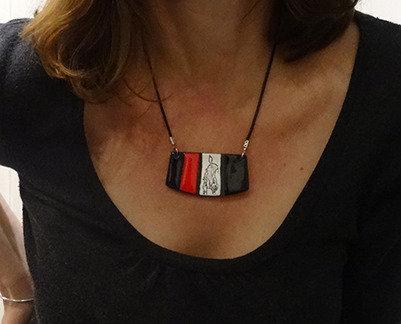 Collier plastron en céramique bijou graphique rouge et noir