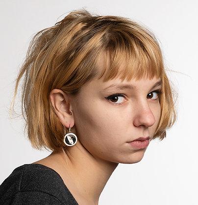 jeune femme blonde boucle ronde motif graphique noir blanc
