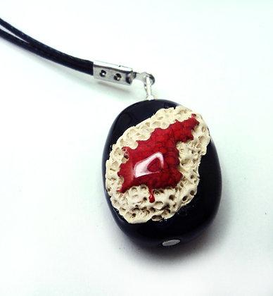 sautoir long à pendentif ovale noir rouge et blanc style matière corail