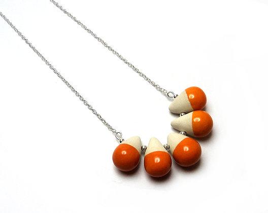 collier avec 5 perles orange et blanc sur chainette argéntée
