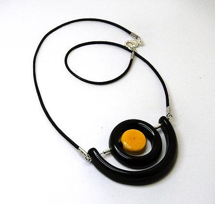 collier chic noir et jaune avec anneaux et ovales mobiles