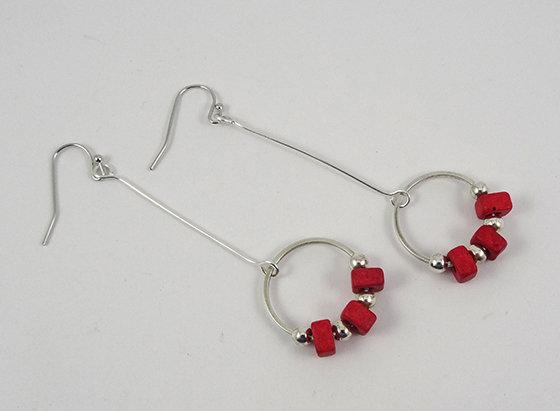 très longues boucles d'oreilles rouge tige argentée et anneau créole