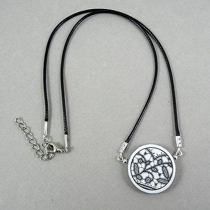 collier rond dessin dentelle broderie noir et blanc en céramique