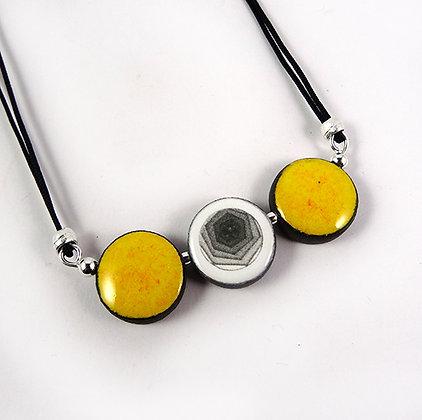 petit collier graphique jaune et noir avec motif géométrique