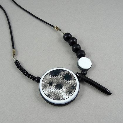 gros collier chic noir et blanc motif graphique rond bijou design céramique