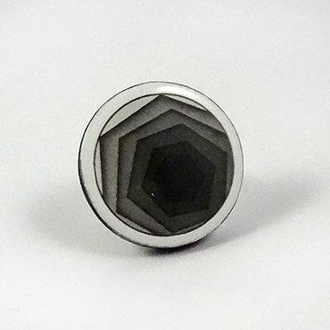 Grosse bague céramique ronde dessin graphique noir blanc réglable
