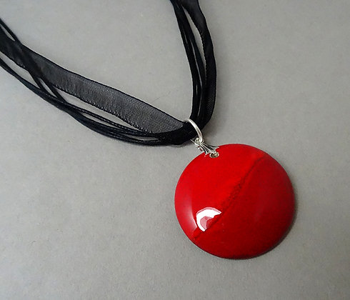 collier pendentif médaillon rouge rond avec cordelettes et ruban noirs