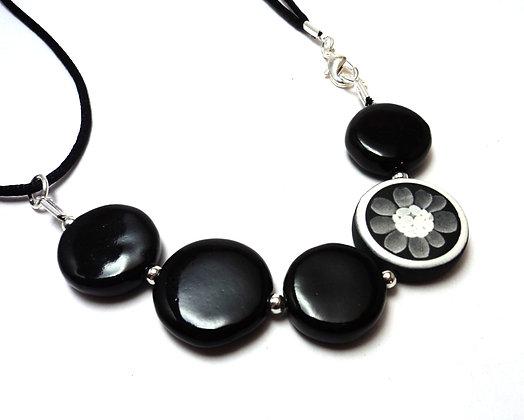 Pili-Pok | collier,graphique,fleur,noir,blanc,céramique,contemporain,créateur,bijoux,lyon,motifs,rond,chic