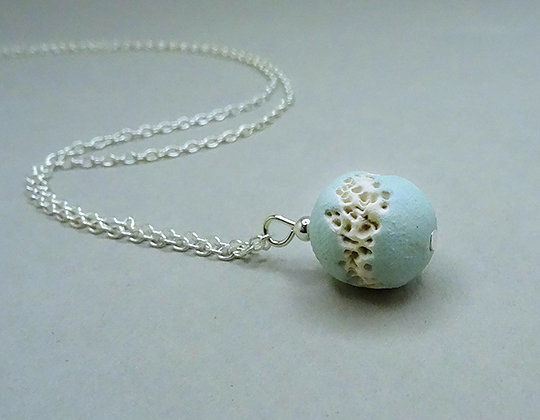 petit collier discret rond turquoise clair blanc matière végétale minérale