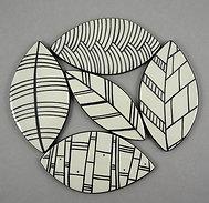 Design déco céramique petits carreaux forme feuille noir blanc