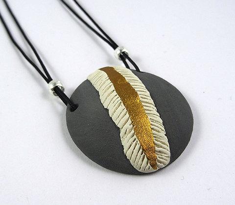 collier pendentif rond reliefs doré médaillon style végétal minéral