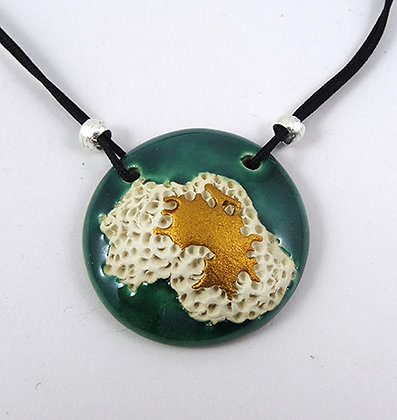 collier rond emeraude or blanc avec reliefs terre en ceramique