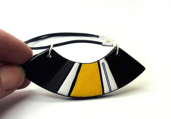 collier plastron ovale rayures noir jaune gris blanc en céramique