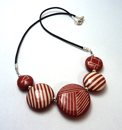 collier graphique rouge rayures sur galets en céramique