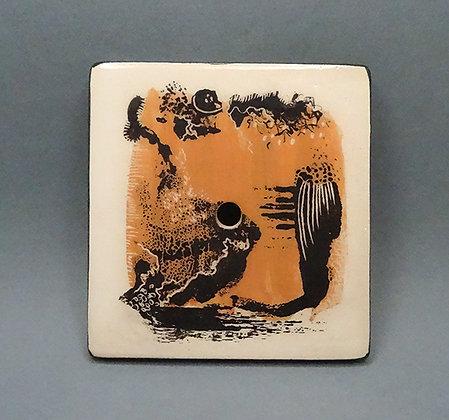 porte-savon artisanal avec graphisme abstrait orange noir blanc