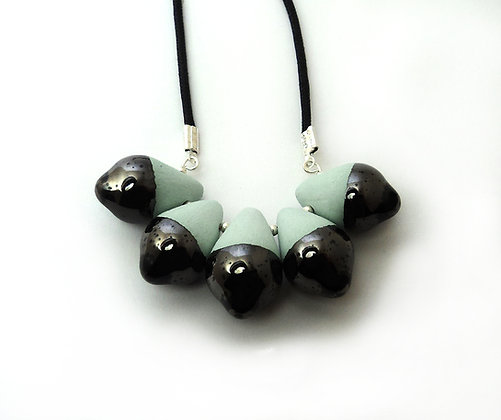 collier contemporain en céramique turquoise et métal brillant