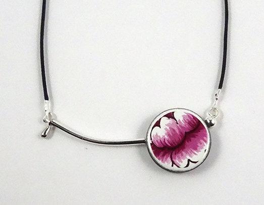 collier en céramique et métal argenté rond rose motif floral