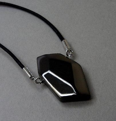 pendentif en céramique noir brillant forme diamant brut taillé