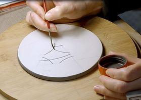 mains de pili-pok peinture à l'oxyde sur céramique crue