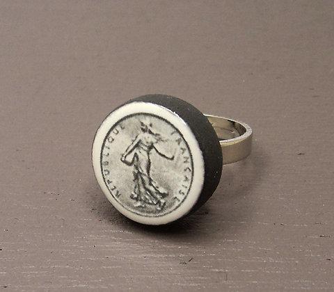 bague ronde motif pièce de 1 franc en noir et blanc