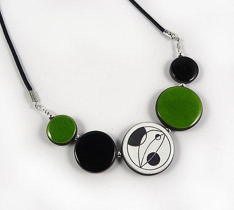 collier urbain chic perles vert et motifs noir blanc abstrait style poisson
