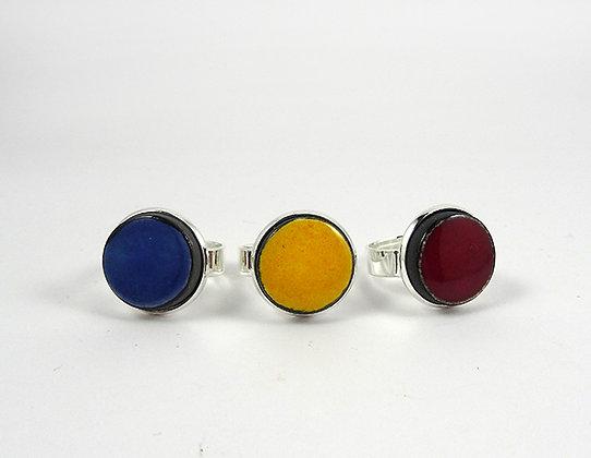 bague ronde colorée bleu jaune rouge bordeaux serties métal argenté