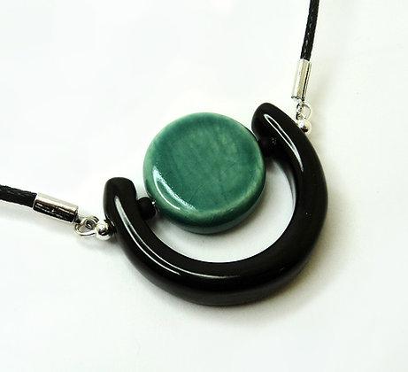 collier pendetif demi sphère noir et bleu turquoise en céramique