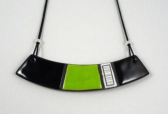 collier plastron courbe vert pomme noir blanc dessin rayures