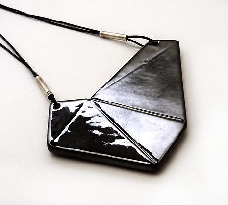 pendentif noir brillant forme diamant noir taillé en céramique