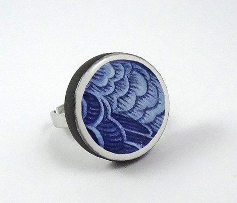 bague ronde motifs graphiques bleu blanc feuillages en céramique