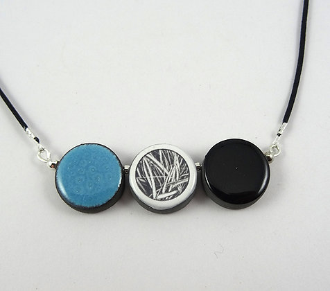 collier 3 perles rondes bleu noir motifs graphiques herbes en ceramique