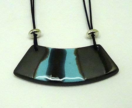 collier plastron en céramique bleu ciel gris mat noir brillant