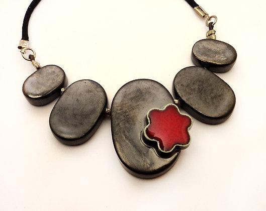 grand collier avec fleur rouge en céramique